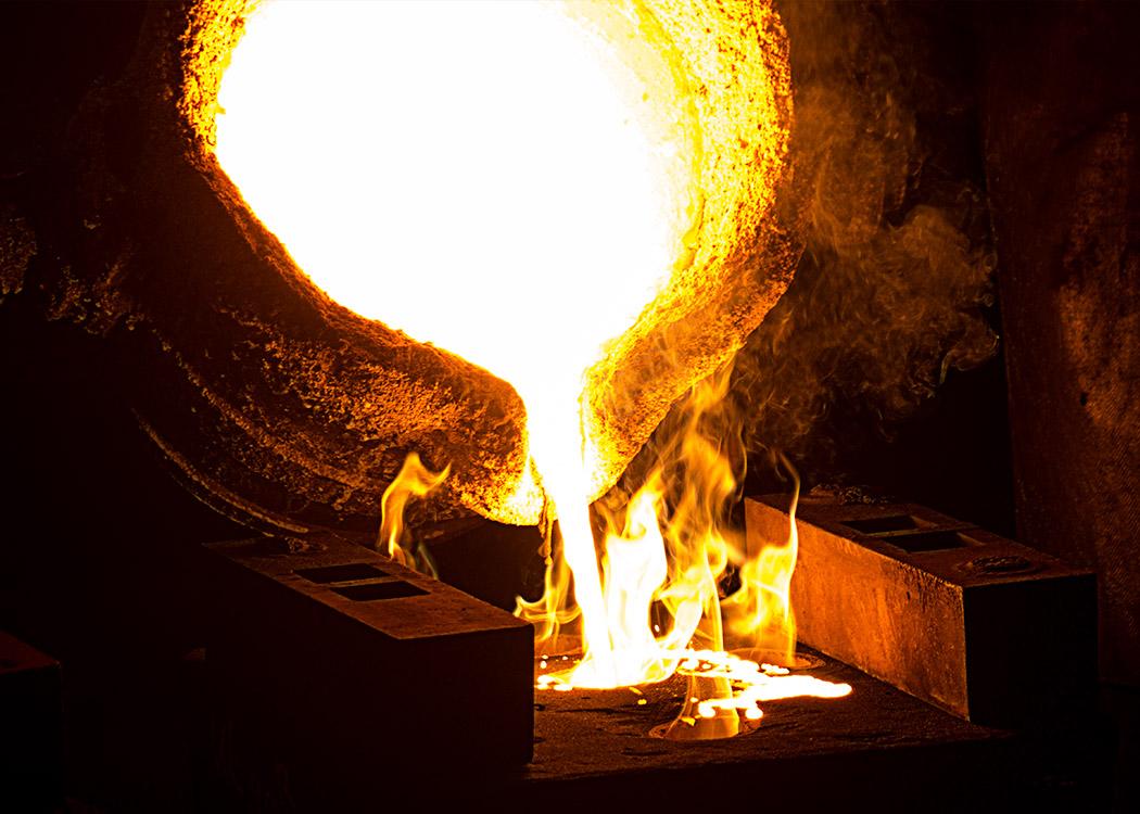 Beim Stahlguss wird geschmolzener Stahl in Form gegossen