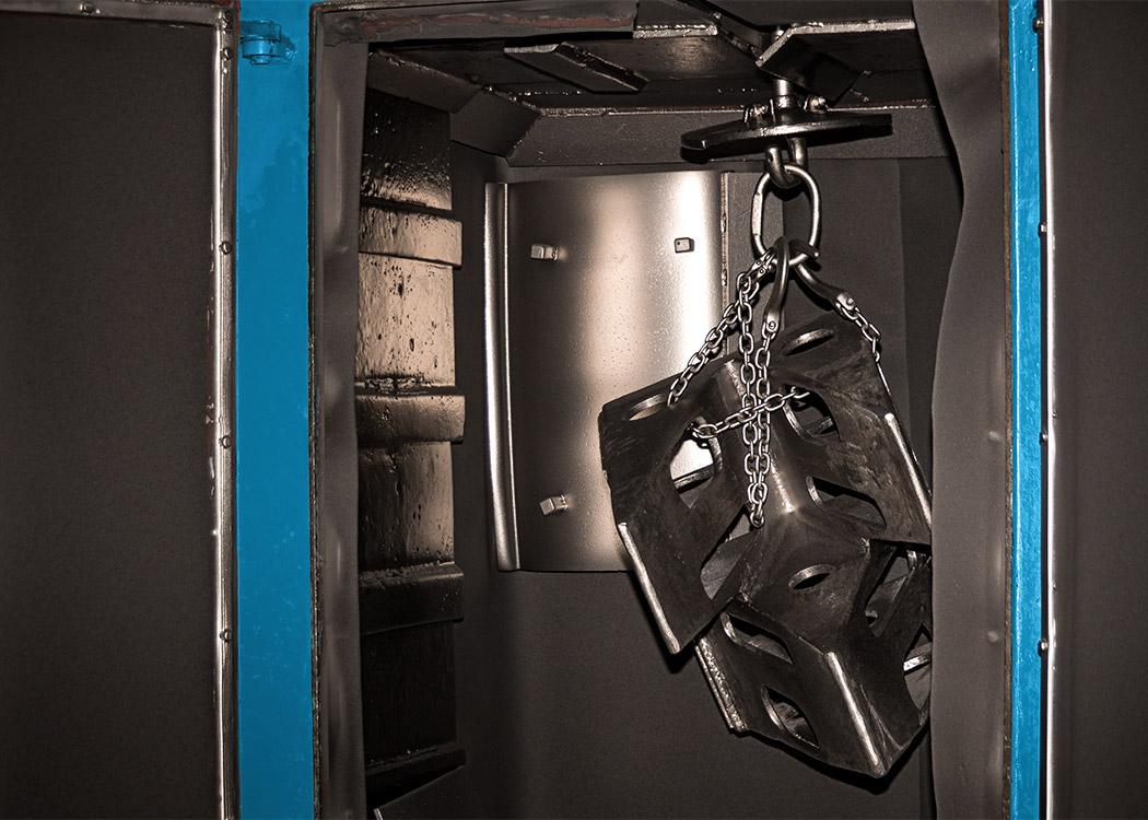Ein fertiges Gussteil hängt in einer Schleuderstrahlanlage im Nachfolgebereich der Gießerei L+S Präzisionsguß GmbH