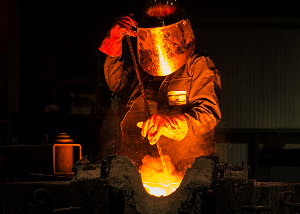 Ein Stahlschmelzer arbeitet in der Gießerei L+S Präzisionsguß GmbH